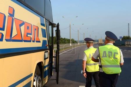 Photo pour Région de Moscou, Russie - août 3,2017: inspecteurs de la patrouille de la police routière a arrêté l'autocar pour vérifier. - image libre de droit