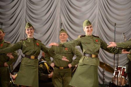 Photo pour SEVASTOPOL, RÉPUBLIQUE DE CRIMEA - 11 MARS 2015 : Le groupe de danse de l'ensemble de chant et de danse des troupes internes du ministère des Affaires intérieures de la Russie se produit - image libre de droit