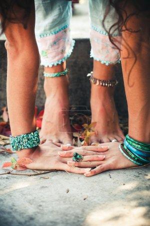 Foto de Primer plano de mujer las manos y los pies práctica yoga extensión al aire libre - Imagen libre de derechos