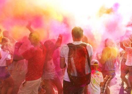 Photo pour Une foule de gens célébrer la fête de Holi - image libre de droit