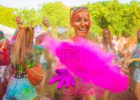 Photo pour Jeune fille célébrer le festival de holi - image libre de droit
