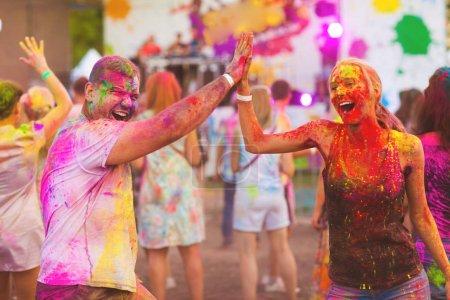 Photo pour Les gars avec une fille de célèbrent le festival de holi - image libre de droit