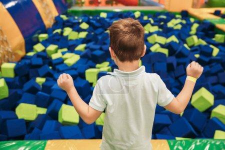 Foto de Niño lindo que se divierten en el centro de entretenimiento - Imagen libre de derechos