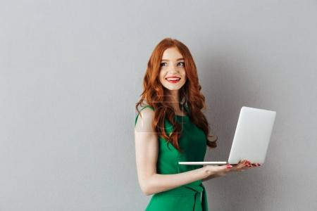 Portrait de gingembre caucasien femme aux cheveux longs en robe verte lo