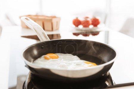 zugeschnittenes Foto von köstlichen hausgemachten Rührei, gekocht auf fr