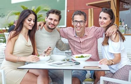 Photo pour Portrait de joyeux, jeunes freinds dans le restaurant d'été - image libre de droit