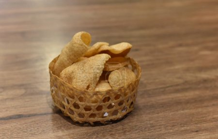 Photo pour Craquelin de crevette ou krupuk à saveur de crevette et de poisson - image libre de droit