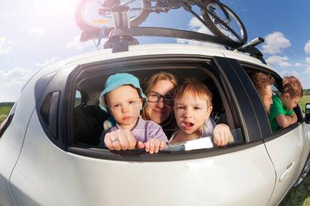 Photo pour Grande famille heureuse, passait des vacances en été - image libre de droit