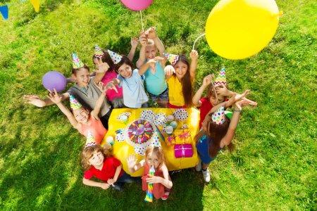 Photo pour Enfants heureux anniversaire nature dans le parc - image libre de droit
