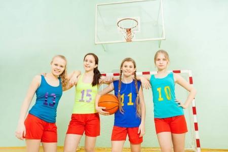 Photo pour Jeunes joueurs de volley-ball en action lors d'un match dans une salle de sport - image libre de droit
