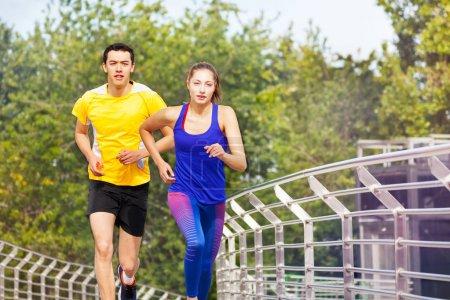 Foto de Retrato de dos personas deportivas, joven y mujer, durante el ejercicio al aire libre en verano - Imagen libre de derechos