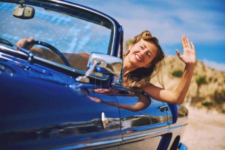 Foto de Hermosa mujer feliz sentado en coche cabriolet retro - Imagen libre de derechos