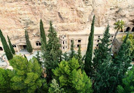 Photo pour Santuario de la Virgen de la Esperanza. Le sanctuaire est situé dans une grotte creusée dans la roche à 6 km de la ville de Calasparra. Les premières informations à ce sujet datent du XVIIe siècle. Murcie, Espagne - image libre de droit