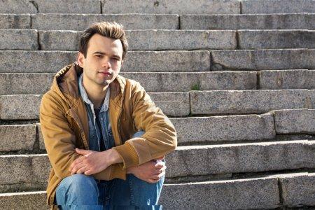 Photo pour Jeune bel homme dans une veste à la mode - image libre de droit