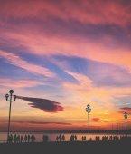 """Постер, картина, фотообои """"Силуэты людей, ходить в sundusk рядом с пляжем в Франции Ni"""""""