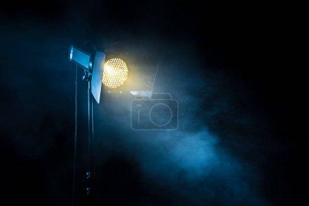 Projecteur de théâtre sur fond noir .
