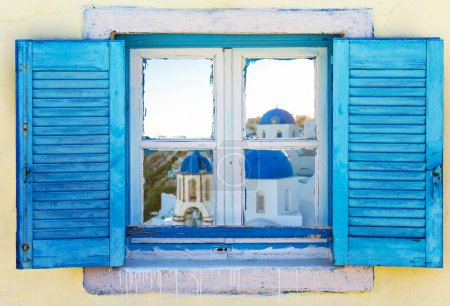 Foto de Hermosa ventana griega vintage con persianas azul sobre una pared blanca. Cuadro típico griego. - Imagen libre de derechos