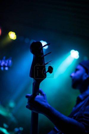 Photo pour Guitariste jouant à la guitare électrique. Scène de concert rock. - image libre de droit