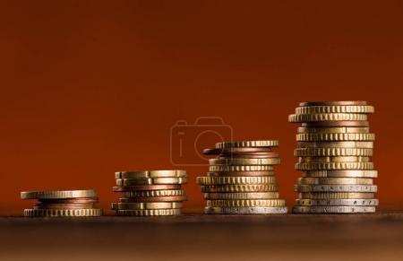Photo pour Pièces en euros empilées les unes sur les autres. Concept d'argent, gros plan . - image libre de droit