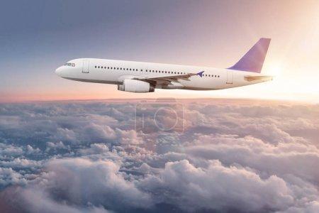 Photo pour Avion commercial volant au-dessus de nuages spectaculaires . - image libre de droit