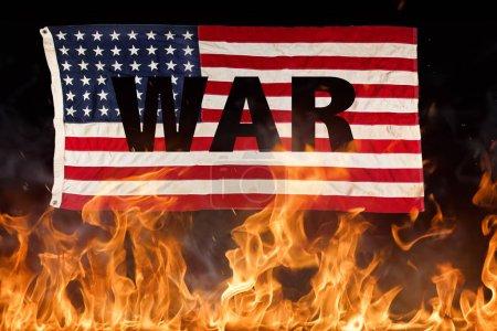 Photo pour Drapeau américain grunge, concept de guerre avec des flammes de feu, gros plan. - image libre de droit