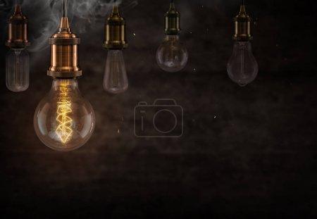 Photo pour Ampoules vintage Edison sur fond sombre avec espace vide pour le texte . - image libre de droit