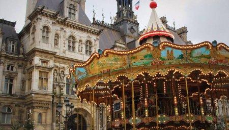 Photo pour Carrousel en mouvement près de la mairie de Paris, France - image libre de droit