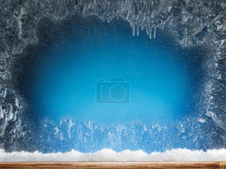 Foto de Travesaño de madera y ventana congelada. Fondo de Navidad o año nuevo. - Imagen libre de derechos