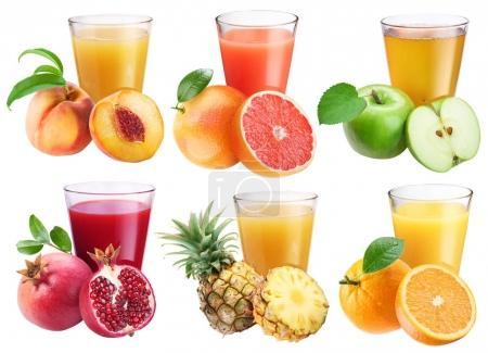 Photo pour Verres de jus frais et de fruits autour d'eux . - image libre de droit