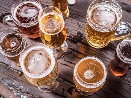 Différents verres de bière sur la table en bois .