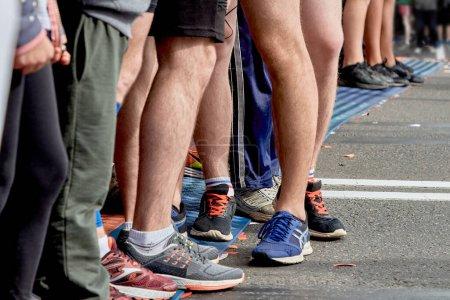 Foto de Hay muchos atletas en frente de la línea de salida - Imagen libre de derechos