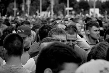 Photo pour 15 septembre 2019 Minsk Biélorussie De nombreux participants se tiennent debout avant le début du marathon. Image en noir et blanc - image libre de droit