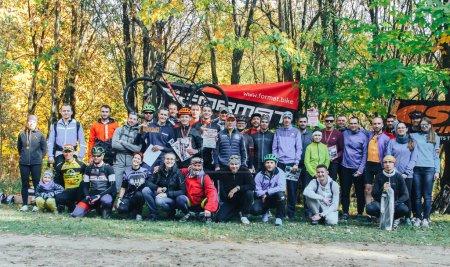 Foto de 14 de octubre de 2018, Minsk, Bielorrusia. 2018 Olympic Cross Country Cup XCO en Medvezhino Ciclistas activos con diplomas y souvenir celebran después de ser galardonados en el parque - Imagen libre de derechos