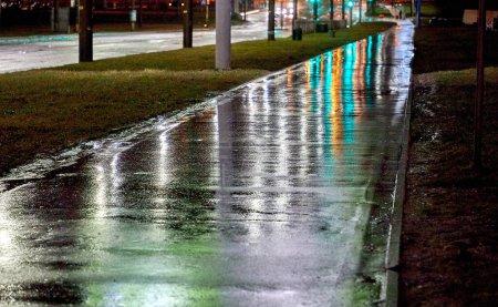 Photo pour Il y a une rue humide et vide de la ville après la pluie nocturne - image libre de droit