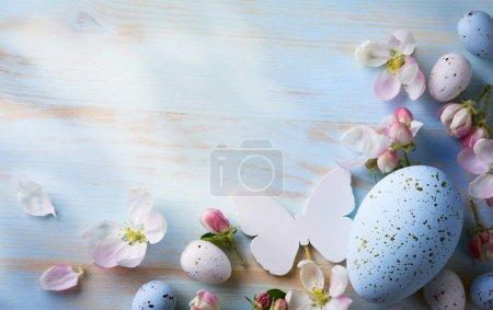 Photo pour Fond de Pâques avec oeufs de Pâques et fleurs de printemps. Vue supérieure avec espace de copie - image libre de droit