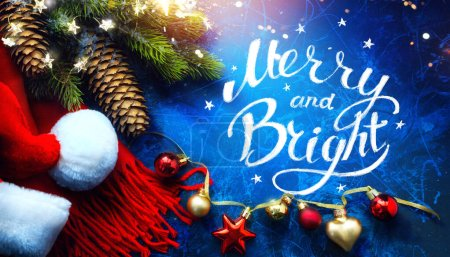 Photo pour Art Joyeux Noël et bonne année cartes de voeux fond de vacances avec décorations d'arbre de Noël et cadeau de vacances sur fond bleu - image libre de droit