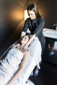Mladá žena s masáž
