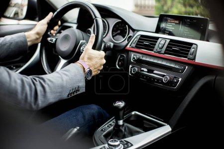 Photo pour Jeune homme au volant de la voiture moderne - image libre de droit