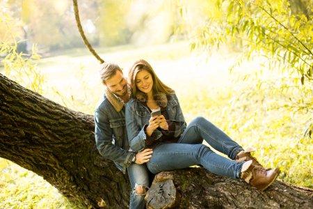 Photo pour Couple amoureux et romantique dans le parc d'automne - image libre de droit