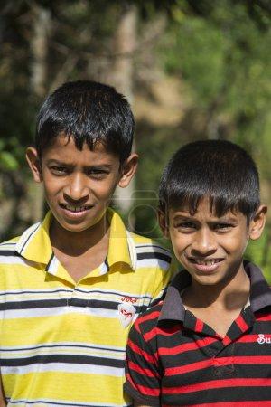Photo pour Nuwara Eliya, Sri Lanka - 25 janvier 2014: non identifié de petits garçons dans la rue de Nuwara Eliya, Sri Lanka. Nuwara Eliya vivent plus de 43,000 personnes, majoritairement cinghalais. - image libre de droit
