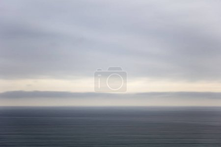 Photo pour Regarder l'horizon de l'eau de mer calme - image libre de droit