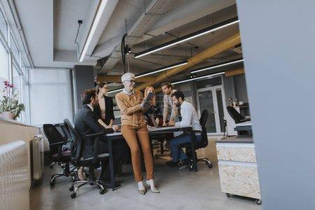 Photo pour Les gens d'affaires qui travaillent dans le bureau moderne - image libre de droit