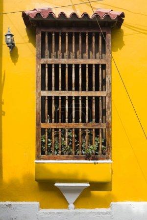 Photo pour Vue de la fenêtre coloniale typique d'Amérique latine à Cartagena, en Colombie - image libre de droit