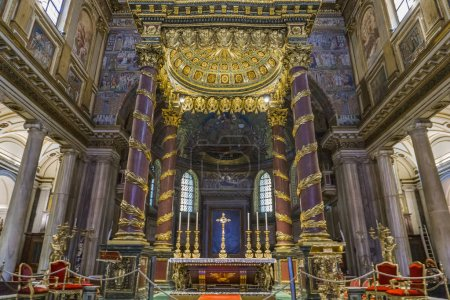 rom, italien - 24. september 2018: ausschnitt aus dem inneren der kirche von santa maria maggiore in rom, italien. es ist eine päpstliche große basilika und die größte katholische marianische kirche in rom