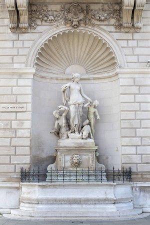 Vue sur la statue de Téthys sur la façade du palais Lloyd à Trieste, Italie