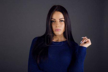 Photo pour Brunette Femme Posing Studio dans un fond sombre - image libre de droit