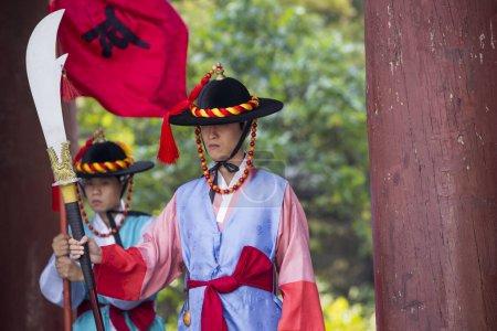 seoul, Südkorea - 20. Oktober 2016: Palastwachen in traditio