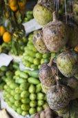 Hodně tropické ovoce v venkovní trh na Srí Lance