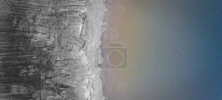 Photo pour Paysage dégradé en Pologne. Terres détruites. Vue d'en haut. Lac surréaliste . - image libre de droit