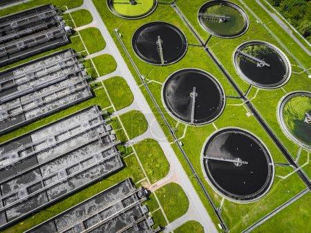 Photo pour Ferme d'épuration. Photo aérienne statique regardant vers le bas sur les réservoirs éclaircissants et l'herbe verte. Texture de fond géométrique . - image libre de droit